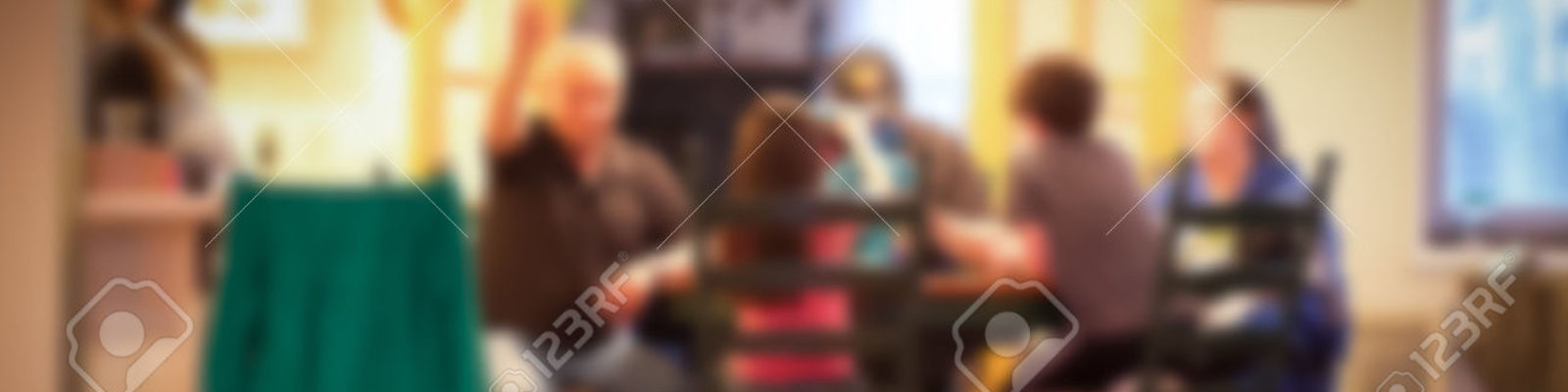 cropped-41785891-Blur-style-of-typical-American-family-dinner-in-kitchen-scene-Stock-Photo.jpg